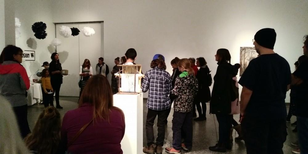 Groupe qui visite une exposition
